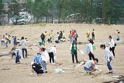世界地球日 法鼓山慈基会奖助生连手清理海洋垃圾