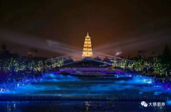 光与影的浪漫:五一大雁塔见证了一场穿越千年的邂逅 ()