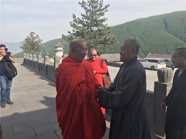 妙江法师会见云南西双版纳总佛寺住持祜巴龙庄勐 ()