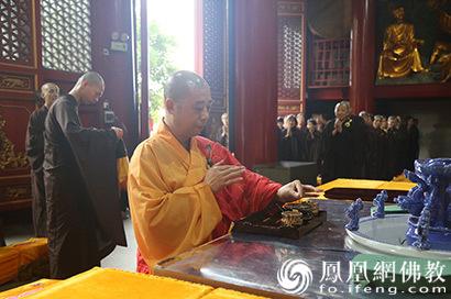 武汉宝通禅寺600余人传灯祈福 纪念佛陀圣诞
