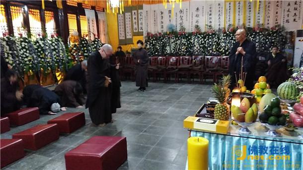 泰州市佛教协会集体拜祭无相长老