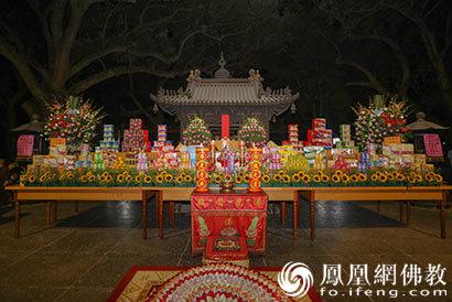 """普陀山普济禅寺举行八月十五""""拜月"""""""
