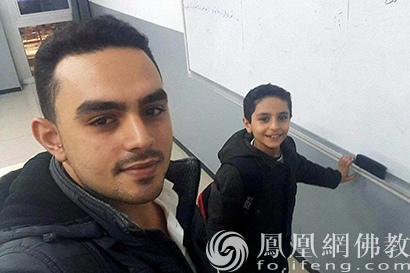 叙利亚学生携书逃离战火 慈济将他从工厂带回校园_叙利亚-土耳其-慈济-打工-工厂